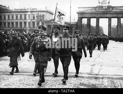 25,000 men of the 'Stahlhelm, Bund der Frontsoldaten' are marching to Schlossplatz from the Siegessaeule (Victory Column) through the Brandenburg Gate (photo) on the day of the Reichstag election in Berlin. In the front, Theodor Duesterberg, second leader of the Stahlhelm. On the left, a policeman. - Stock Photo