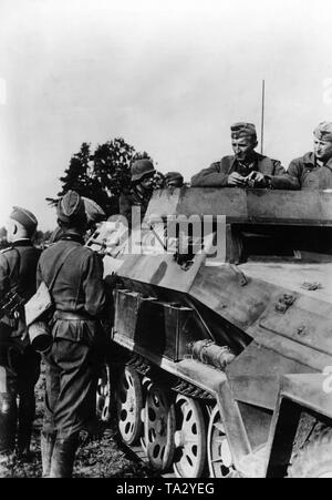Mobile regimental staff during the tank battle at Tauroggen in today's Lithuania. Officers in conversation at an armored personnel carrier Sdkfz. 251. Shortly after the beginning of the German-Soviet War and the advance of the Army Group North here took place the tank battle at Tauroggen-Schaulen, where the XXXXI mot. Armeekorps fought on the German side. Photo: war correspondent Tannenberg. - Stock Photo