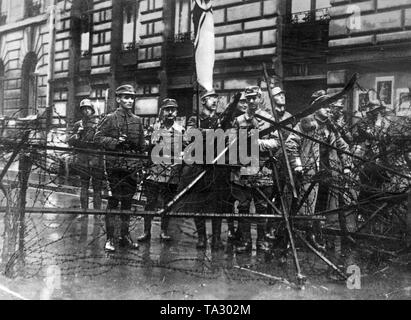 Heinrich Himmler (third from left) with the Wachtruppe 'Reichskriegsflagge' behind a road block during the Beer Hall Putsch in Munich 1923. - Stock Photo