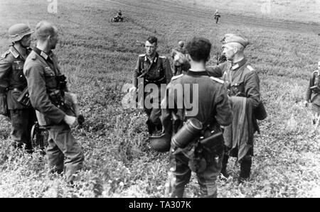 Briefing of the Panzerjaeger Division 173 under the command of Major Hermann Stiefvater (standing on the right). The reconnaissance division of the Panzergrenadiere was a battalion of the 213rd Infantry Regiment of the 73rd Infantry Division of the Wehrmacht and was subordinate to the Army Group South in the war against the Soviet Union . Photo: war correspondent Klose. - Stock Photo