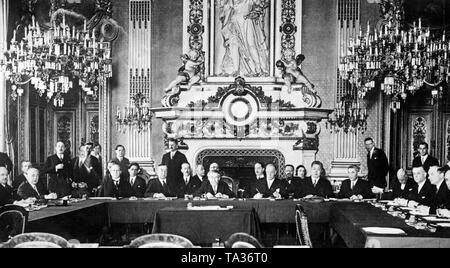 In the clock room of Quai d'Orsay in Paris, a conference of the  European Committee of the League of Nations is held to discuss the technical preparations for the Grand Assembly in May, 1932. In the center in front of the fireplace, French Foreign Minister Aristide Briand, on his left, Secretary of State Henderson, on the right, Secretary General of the League of Nations, Sir Eric Drummond. On the left at the lateral table Secretary of State Ernst von Simson, next to him, Spanish Ambassador Jose Maria Quinones de Leon. - Stock Photo