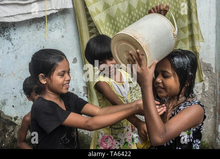 Kolkata. 22nd May, 2019. Indian children cool themselves at a slum area in a hot summer afternoon in Kolkata, India on May 22, 2019. Credit: Tumpa Mondal/Xinhua/Alamy Live News - Stock Photo