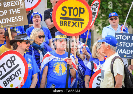 Westminster, London, UK, 22nd May 2019. Anti Brexit protesters outside Parliament get together for a 'Stop Brexit' shout out with placards, banners and Stop Brexit signs. Protesters have come from different groups, including Steve Bray, founder of SODEM (Stand of Defiance European Movement), knwon as Westminster's 'Mr. Shouty Man'. Credit: Imageplotter/Alamy Live News - Stock Photo
