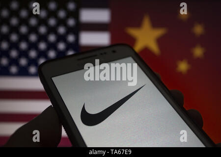 Simposio Huerta Fahrenheit  Asuncion, Paraguay. 22nd May, 2019. A hand holds a smartphone displaying  Nike logo against United States and China flags unfocused on background.  Credit: Andre M. Chang/ZUMA Wire/Alamy Live News Stock Photo -