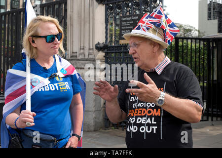 Westminster. Opposite Houses of Parliament May 22nd 2019. A Brexit supporter and a  Remainer in conversation. - Stock Photo