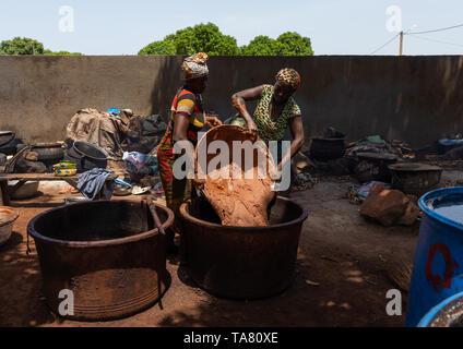 Senufo women prepairing shea butter in a traditional karité factory, Savanes district, Tcheregnimin, Ivory Coast - Stock Photo