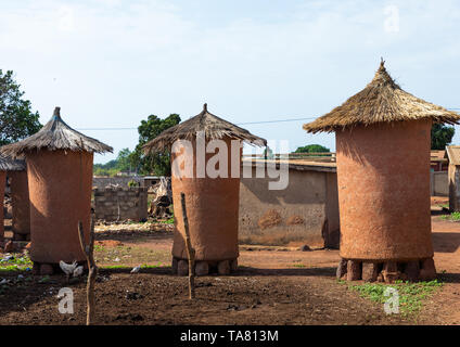 Adobe granaries with thatched roofs, Savanes district, Niofoin, Ivory Coast - Stock Photo