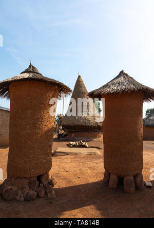 Adobe granaries with thatched roofs in a Senufo village, Savanes district, Niofoin, Ivory Coast - Stock Photo