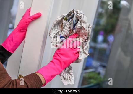 Window cleaning, newsprint, Fensterreinigung, Zeitungspapier
