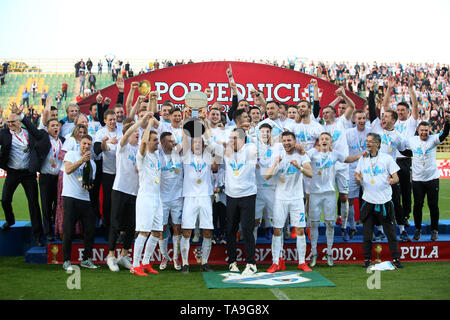 Pula, Croatia. 22nd May, 2019. Team Rijeka celebrate after defeating Dinamo Zagreb in the final of 2018-19 Croatian Football Cup at the Aldo Drosina Stadium in Pula, Croatia, May 22, 2019. Rijeka won 3-1. Credit: Igor Kralj/Xinhua/Alamy Live News - Stock Photo