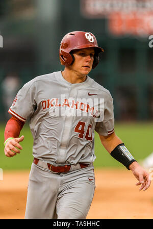 Oklahoma City, OK, USA. 22nd May, 2019. University of Oklahoma catcher Brady Lindsly (40) during a 2019 Phillips 66 Big 12 Baseball Championship first round game between the Oklahoma Sooners and the Baylor Bears at Chickasaw Bricktown Ballpark in Oklahoma City, OK. Gray Siegel/CSM/Alamy Live News - Stock Photo