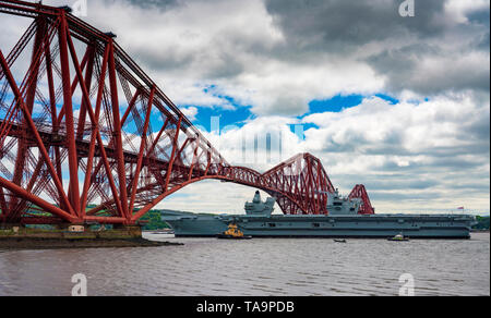 North Queensferry, Scotland, UK. 23rd May, 2019. Aircraft carrier HMS Queen Elizabeth sails from Rosyth in the River Forth after a visit to her home port for a refit. She returns to sea for Westlant 19 deployment and designed to focus on the operations of her F-35 fighter aircraft. Credit: Iain Masterton/Alamy Live News - Stock Photo