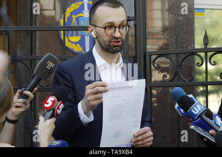 Kiev, Kiev, Ukraine. 23rd May, 2019. Ukrainian lawmaker Serhiy Leshchenko seen showing to journalists, originals of documents, which were returned from USA by the FBI after ending the Manafort case investigations, before his visit to Prosecutor General Office in Kiev, Ukraine. As Leshchenko said US political consultant Paul Manafort, journalist Larry King, and Svoboda Party in Ukraine received money from the so-called 'black ledgers' of the pro-Yanukovych Party of Regions during Presidential election campaign in 2010. Credit: ZUMA Press, Inc./Alamy Live News - Stock Photo