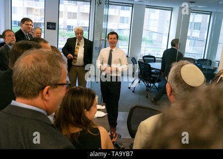 Mayor Pete Buttigieg meets with leaders of the Jewish community at a communal parlor meeting at the offices of Bluelight Strategies in Washington, DC, U.S. on May 23, 2019. Credit: Stefani Reynolds/CNP | usage worldwide - Stock Photo
