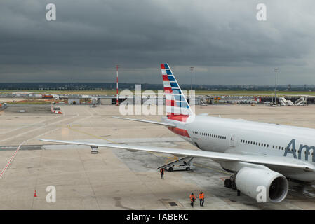 American Airlines-Flugzeug, Charles de Gaulle-Flughafen, Paris, Frankreich instand gehalten wird. / American Airlines plane being serviced in Paris. - Stock Photo