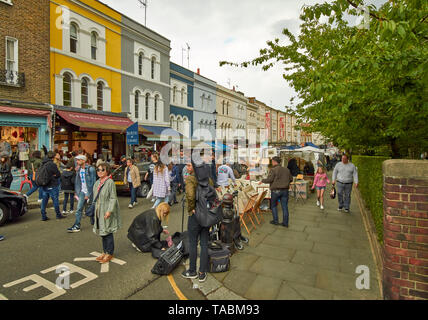 LONDON PORTOBELLO ROAD THE MARKET COLOURFUL HOUSES AND A CROWDED STREET - Stock Photo