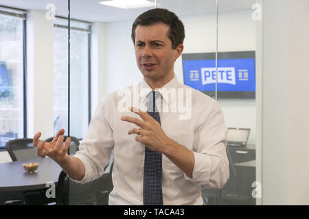 Washington, District of Columbia, USA. 23rd May, 2019. Mayor Pete Buttigieg meets with leaders of the Jewish community at a communal parlor meeting at the offices of Bluelight Strategies in Washington, DC, U.S. on May 23, 2019. Credit: Stefani Reynolds/CNP/ZUMA Wire/Alamy Live News - Stock Photo