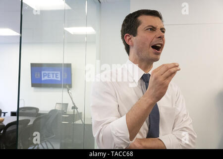 Washington, District of Columbia, USA. 23rd May, 2019. Mayor Pete Buttigieg meets with leaders of the Jewish community at a communal parlor meeting at the offices of Bluelight Strategies. Credit: Stefani Reynolds/CNP/ZUMA Wire/Alamy Live News - Stock Photo