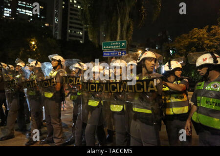 Sao Paulo, Brazil. 23rd May, 2019. Students protest against education cuts by the federal government of President Jair Bolsonaro, on Avenida Paulista, central region of the city of São Paulo, on Thursday. Barred from proceeding with the march for lack of authorization, demonstrators tried to dribble the police blockade to follow the streets. May 23, 2019. Credit: FáBio Vieira/FotoRua/ZUMA Wire/Alamy Live News - Stock Photo