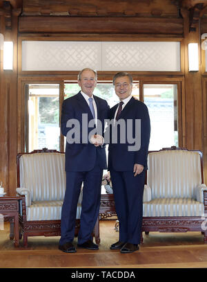Seoul, SOUTH KOREA, South Korea. 23rd May, 2019. May 23, 2019-Seoul, South Korea-In this Pictures provide is President Office. Former USA President George W Bush and South Korean President Moon Jae In stand pose with shakes hands before their meeting at President House green field in Seoul, South Korea. President Moon Jae-in said Thursday that former President George W. Bush's participation in an official ceremony to commemorate late President Roh Moo-hyun reflects the strong alliance between the two nations. Credit: Zuma Press/ZUMA Wire/Alamy Live News - Stock Photo