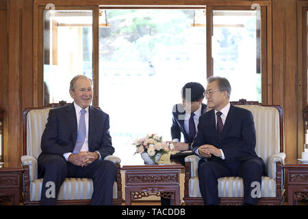 Seoul, SOUTH KOREA, South Korea. 23rd May, 2019. May 23, 2019-Seoul, South Korea-In this Pictures provide is President Office. Former USA President George W Bush and South Korean President Moon Jae In talk their meeting at President House green field in Seoul, South Korea. President Moon Jae-in said Thursday that former President George W. Bush's participation in an official ceremony to commemorate late President Roh Moo-hyun reflects the strong alliance between the two nations. Credit: Zuma Press/ZUMA Wire/Alamy Live News - Stock Photo