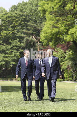 Seoul, SOUTH KOREA, South Korea. 23rd May, 2019. May 23, 2019-Seoul, South Korea-In this Pictures provide is President Office. Former USA President George W Bush take a walk talk with South Korean President Moon Jae In, their meeting at President House green field in Seoul, South Korea. President Moon Jae-in said Thursday that former President George W. Bush's participation in an official ceremony to commemorate late President Roh Moo-hyun reflects the strong alliance between the two nations. Credit: Zuma Press/ZUMA Wire/Alamy Live News - Stock Photo