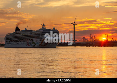 Gravesend, Kent, United Kingdom. 23rd May, 2019. 294 metre long cruise ship Norwegian Pearl pictured departing the River Thames at sunset on 23rd May. The ship is believed to be the longest cruise ship to have moored on the Thames. Rob Powell/Alamy Live News - Stock Photo