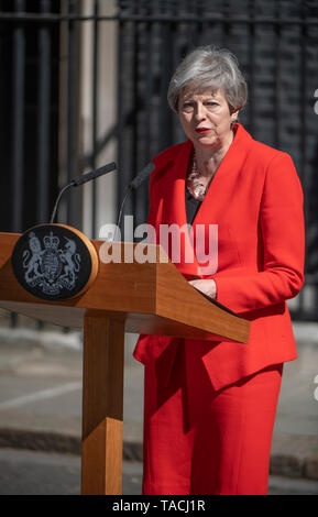 10 Downing Street, London, UK. 24th May 2019. British Prime Minister Theresa May announces her resignation speech to media in Downing Street, resigning as leader of the Conservative Party on 7th June. Credit: Malcolm Park/Alamy Live News. - Stock Photo