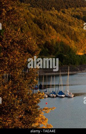 05.08.2018, Nordrhein-Westfalen, Attendorn: Segelboote liegen auf dem Biggesee in der Abendsonne. Foto: Daniel Karmann/dpa   usage worldwide - Stock Photo