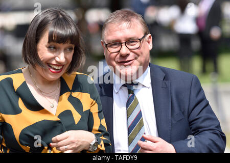 London, UK. 24 May 2019. Politicians of all parties are interviewed on College Green, Westminster, on the day Theresa May announces she will step down as Prime Minister on Juns 7th. Marck Francois MP (Con: Rayleigh and Wickford) with Sky News' Beth Rigby Credit: PjrFoto/Alamy Live News - Stock Photo