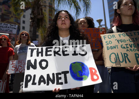 Los Angeles, California, USA. 15th Mar, 2019. A protester is seen during a climate change demonstration holding a placard that says 'there is no planet B'.Students and environmental activists participate in a Climate Strike in Los Angeles, California. Organizers called on the Trump Administration to declare a state of climate emergency in order to save the planet, create a Green New Deal and transition into a zero emissions economy. Credit: Ronen Tivony/SOPA Images/ZUMA Wire/Alamy Live News - Stock Photo