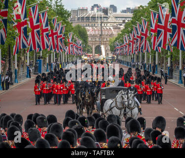 The Mall, London, UK. 25th May 2019. Soldiers of the Household Division parade along The Mall, returning to Buckingham Palace after the first of two formal Reviews before Trooping the Colour on 8th June 2019 with Major General Ben Bathurst CBE, Major General Commanding the Household Division in white plumed hat accompanying the Royal carriage. Credit: Malcolm Park/Alamy Live News. - Stock Photo