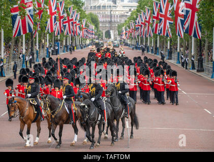 The Mall, London, UK. 25th May 2019. 1450 soldiers of the Household Division and The King's Troop Royal Horse Artillery, along with up to 400 musicians from the Massed Bands parade on Horse Guards for the first of two formal Reviews before Trooping the Colour on 8th June 2019 and inspected by Major General Ben Bathurst CBE, Major General Commanding the Household Division. Credit: Malcolm Park/Alamy Live News. - Stock Photo