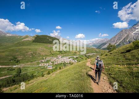 Village Le Chazelet, hikers on the GR 50 - GR 54, La Grave, ecrins National Park, Hautes-Alpes, France - Stock Photo