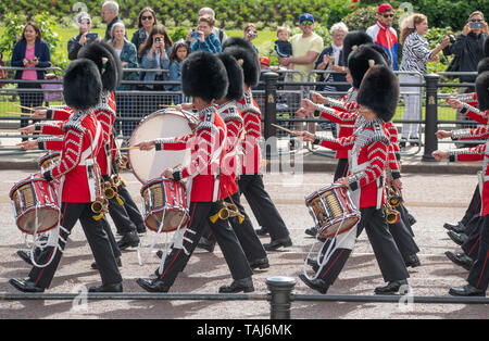 The Mall, London, UK. 25th May 2019. Band of the Welsh Guards marches to The Mall past spectators during the Major Generals Review, the penultimate rehearsal for Trooping the Colour on 8th June 2019. Credit: Malcolm Park/Alamy Live News. - Stock Photo