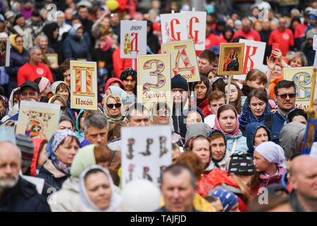 Novosibirsk, Russia. 26th May, 2019. NOVOSIBIRSK, RUSSIA - MAY 26, 2019: Believers take part in a religious procession marking Day of Slavic Written Language and Culture celebrated annually on Day of veneration of Saints Cyril and Methodius in the Russian Orthodox Church. Kirill Kukhmar/TASS Credit: ITAR-TASS News Agency/Alamy Live News - Stock Photo