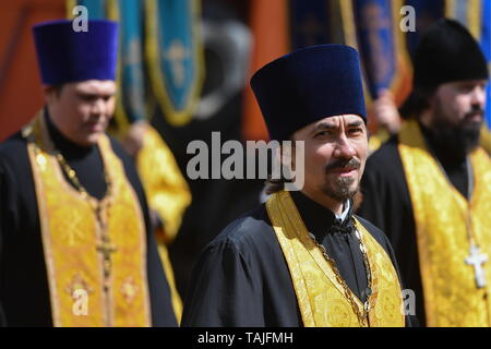 Novosibirsk, Russia. 26th May, 2019. NOVOSIBIRSK, RUSSIA - MAY 26, 2019: The clergy during a religious procession marking Day of Slavic Written Language and Culture celebrated annually on Day of veneration of Saints Cyril and Methodius in the Russian Orthodox Church. Kirill Kukhmar/TASS Credit: ITAR-TASS News Agency/Alamy Live News - Stock Photo