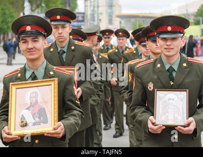Novosibirsk, Russia. 26th May, 2019. NOVOSIBIRSK, RUSSIA - MAY 26, 2019: Servicemen take part in a religious procession marking Day of Slavic Written Language and Culture celebrated annually on Day of veneration of Saints Cyril and Methodius in the Russian Orthodox Church. Kirill Kukhmar/TASS Credit: ITAR-TASS News Agency/Alamy Live News - Stock Photo