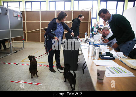 Brussels, Belgium. 26th May, 2019. A woman votes at a polling station in Brussels, Belgium, May 26, 2019. The European Parliament (EU) elections started in Belgium on Sunday. Credit: Zheng Huansong/Xinhua/Alamy Live News - Stock Photo