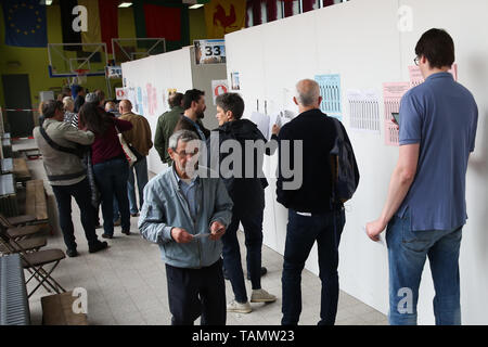 Brussels, Belgium. 26th May, 2019. Voters wait at a polling station in Brussels, Belgium, May 26, 2019. The European Parliament (EU) elections started in Belgium on Sunday. Credit: Zheng Huansong/Xinhua/Alamy Live News - Stock Photo