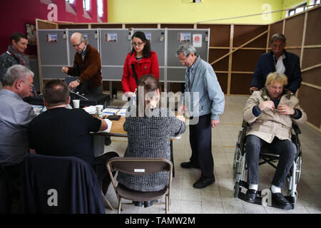 Brussels, Belgium. 26th May, 2019. People vote at a polling station in Brussels, Belgium, May 26, 2019. The European Parliament (EU) elections started in Belgium on Sunday. Credit: Zheng Huansong/Xinhua/Alamy Live News - Stock Photo