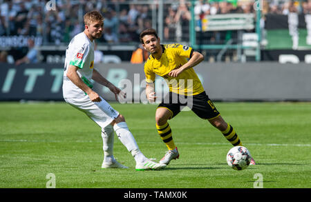 18 May 2019, North Rhine-Westphalia, Mönchengladbach: Soccer: Bundesliga, Borussia Mönchengladbach - Borussia Dortmund, 34th matchday in Borussia Park. Dortmund's Raphael Guerreiro (r) and Gladbach's Christopher Kramer fight for the ball. Photo: Guido Kirchner/dpa - Use only after contractual agreement - Stock Photo
