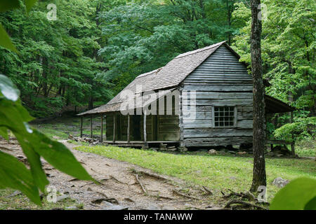 A log cabin in the Great Smoky Mountain National Park in Tennessee USA.  Noah 'Bud' Ogle cabin built circa 1890. - Stock Photo