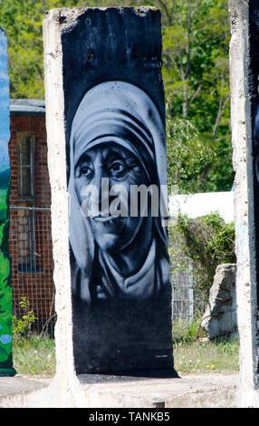 ein Mauerstueck mit dem Portrait von Mutter Theresa (nur fuer redaktionelle Verwendung. Keine Werbung. Referenzdatenbank: http://www.360-berlin.de. ©  - Stock Photo