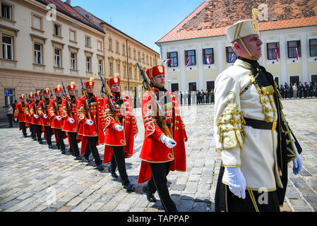 (190526) -- ZAGREB, May 26, 2019 (Xinhua) -- Croatian soldiers from the Honor Guard Battalion perform the Ceremony of the Changing of the Guards at St. Mark's Square to mark the 28th anniversary of the Croatian Army in Zagreb, Croatia, on May 26, 2019. (Xinhua/Josip Regovic) - Stock Photo