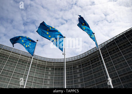 26 May 2019, Belgium, Brüssel: European flags flutter in the wind in front of the Berlaymont building, the seat of the European Commission. From 23 May to 26 May, the citizens of 28 EU states will elect a new parliament. Photo: Marcel Kusch/dpa