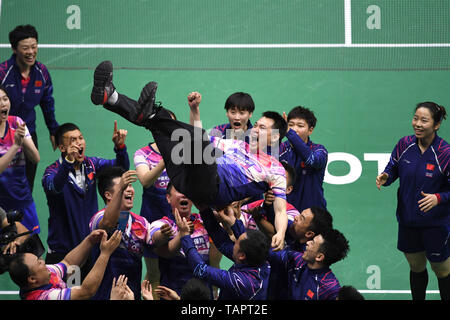 (190527) -- BEIJING, May 27, 2019 (Xinhua) -- Team China celebrates victory after winning men's singles match against Momota Kento of Japan at the final between China and Japan of Sudirman Cup 2019 in Nanning, capital of south China's Guangxi Zhuang Autonomous Region, May 26, 2019. Team China won 3-0. (Xinhua/Zhou Hua) - Stock Photo