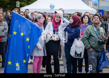 26 May 2019, Belgium, Brüssel: In front of the European Parliament, women follow the projections of the election results on a screen. From 23 May to 26 May, the citizens of 28 EU states will elect a new parliament. Photo: Marcel Kusch/dpa