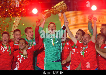 Berlin, Deutschland. 25th May, 2019. Teamfoto, Team, Team, Team photo, Manuel NEUER (goalkeeper Bayern Munich) with Cup, Cup, Trophy, Robert LEWANDOWSKI (FC Bayern Munich), Thiago ALCANTARA (FCB), Niklas SUELE (Bayern Munich), Mats HUMMELS (Bayern) Munich), Franck RIBERY (FC Bayern Munich), Joshua KIMMICH (FC Bayern Munich), Sven ULREICH, goalie (FC Bayern Munich). jubilation, joy, enthusiasm, award ceremony. Football, Season 2018/19, DFB Pokal Final RB Leipzig (L) - FC Bayern Munich (M) 0-3, | usage worldwide Credit: dpa/Alamy Live News - Stock Photo