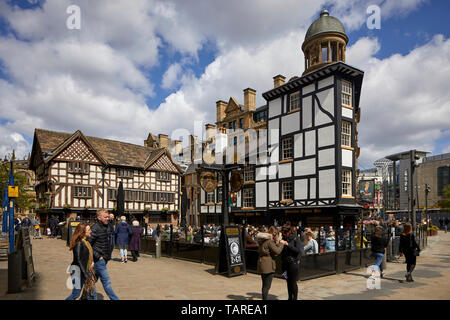 Old Wellington Inn  half-timbered pub and Sinclair's Oyster Bar in Manchester city centre,  part of Shambles Square Medieval buildings moved twice - Stock Photo